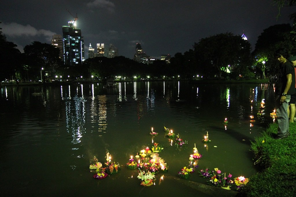 Thai Customs of Loy Krathong