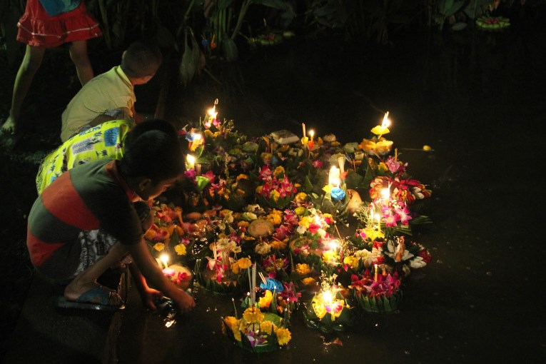 Children Loy krathong
