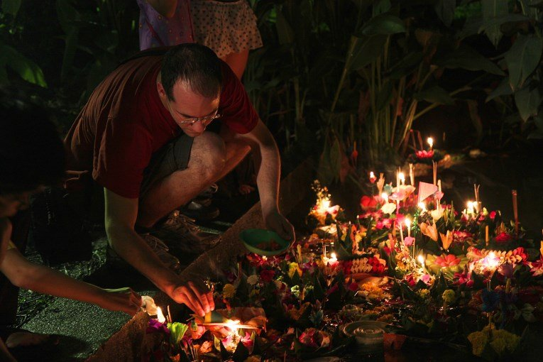 Marijn floating a krathong
